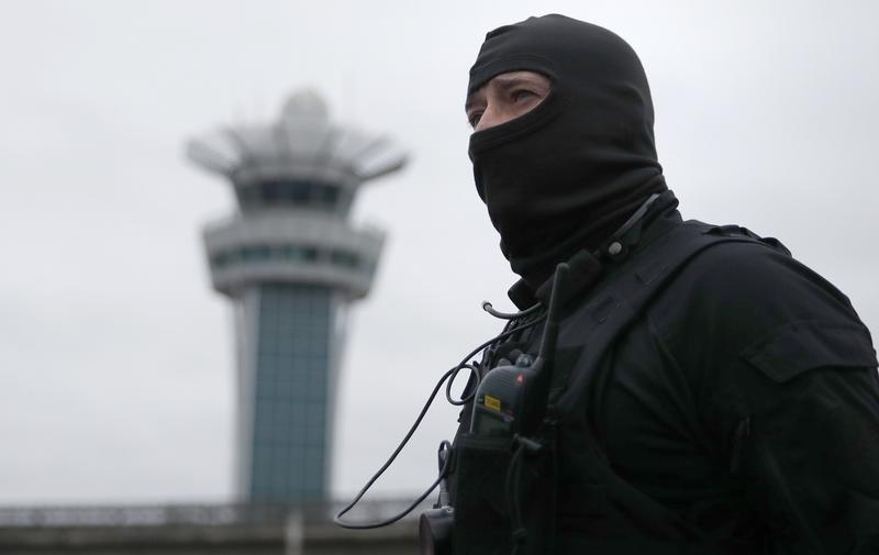 Attaque à l'aéroport d'Orly : deux hommes mis en examen et écroués