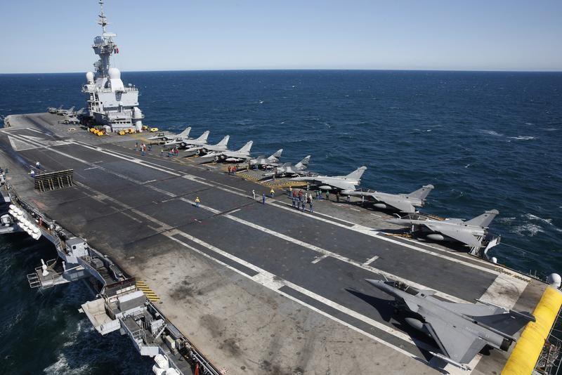 Hollande sur le porte-avions Charles de Gaulle vendredi