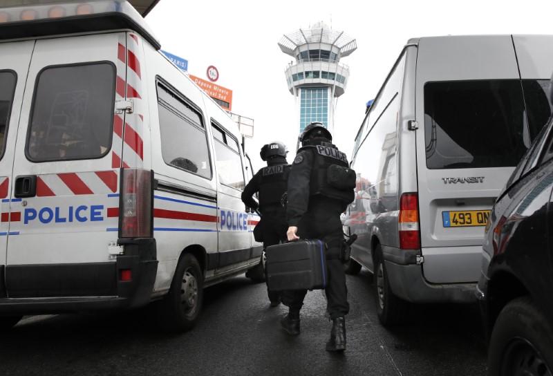 Aéroport d'Orly. Un homme abattu après avoir dérobé l'arme d'un militaire