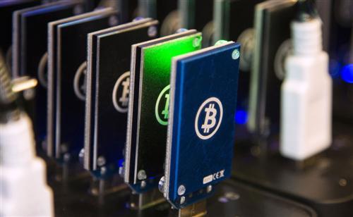 L'attrait des monnaies virtuelles ne faiblit pas. Le Bitcoin a ainsi franchi lundi le seuil des 2.100$ pour la première fois de sa courte histoire.